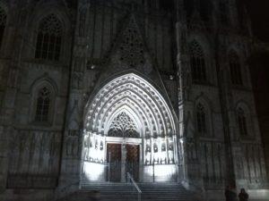 Gotická katedrála v noci.