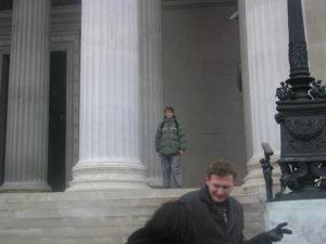 Můj bratr před budovou parlamentu