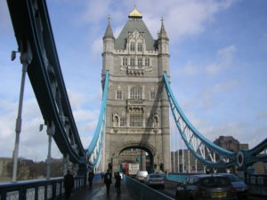 Tower Bridge asi 2 minuty před deštěm